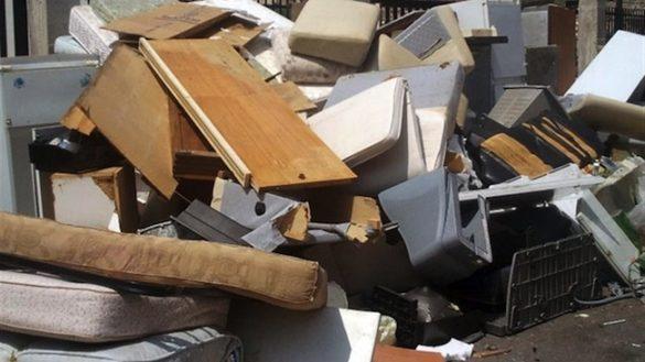 Abbandonano rifiuti ingombranti in strada: multa da 300 euro