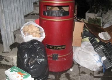 Attacca un adesivo su un cestino della spazzatura: è multa