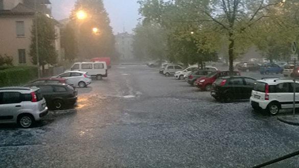 Grandina sulla città, piovono piccoli sassi bianchi