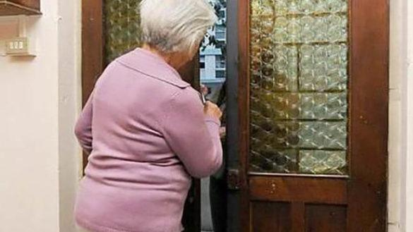 Si fingono senza soldi e prosciugano il conto di un'anziana
