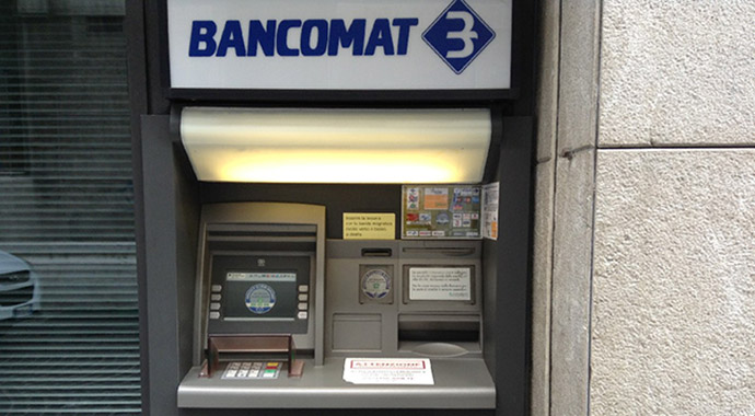 Baganzola: sventrano una filiale e portano via il bancomat