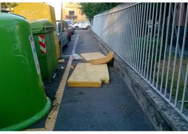 Emergenza rifiuti: cosa ci fanno due materassi in via Bandini?