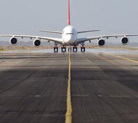 aereo-su-una-pista-di-volo