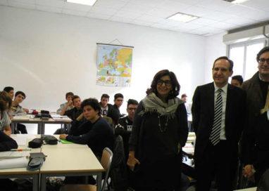 Intesa San Paolo contribuisce all'acquisto di 1180 banchi per le scuole del Parmense