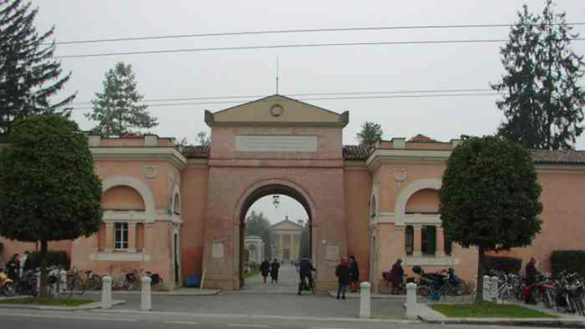 Fontanellato, vandali imbrattano i muri del cimitero