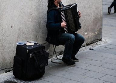 Fisarmonicista di strada, 100 euro di multa pagati grazie agli amici