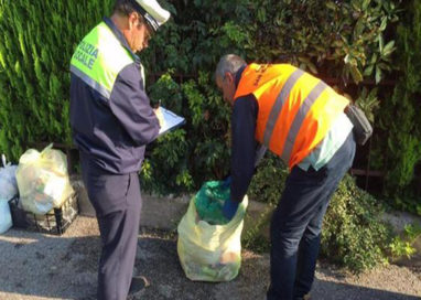 Via Liguria, 300 euro di multa per abbandono rifiuti su area pubblica