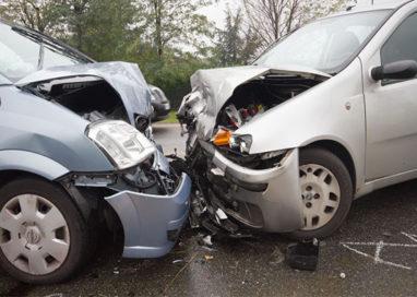Scontro frontale tra auto, uno dei conducenti incastrato nell'abitacolo