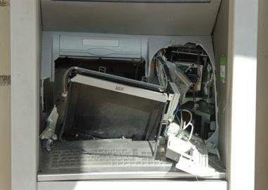 Ladri scatenati: due bancomat assaltati con il carro attrezzi