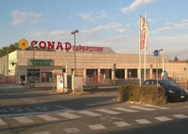 Blitz col martello alla Conad, i rapinatori portano via 20mila euro