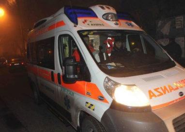 Ciclista e scooterista finiscono in ospedale travolti da due auto