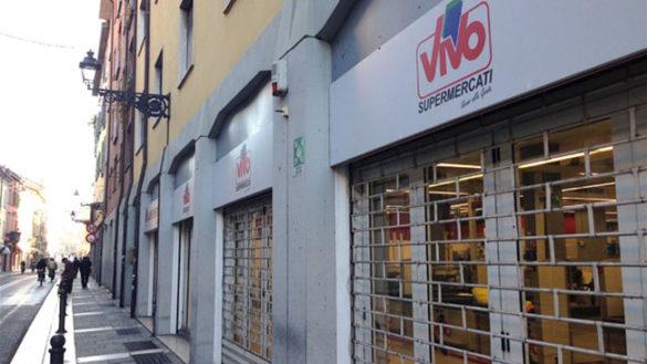 """Via D'Azeglio, addio supermarket: """"Vivo"""" abbassa le serrande"""