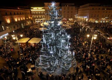 Si accende in Piazza Garibaldi l'Albero di Natale
