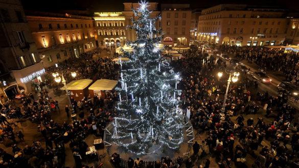 Si accendono le luci sull'albero di Natale in piazza Garibaldi