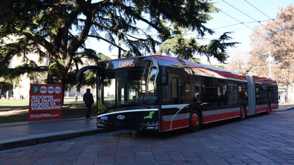 Tampona Bus della Tep uscendo in retromarcia da parcheggio