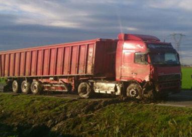 Camion esce di strada, la tangenziale a Fraore si blocca