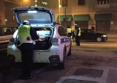 Come sugli autoscontri: auto urta veicoli in sosta in via della Salute
