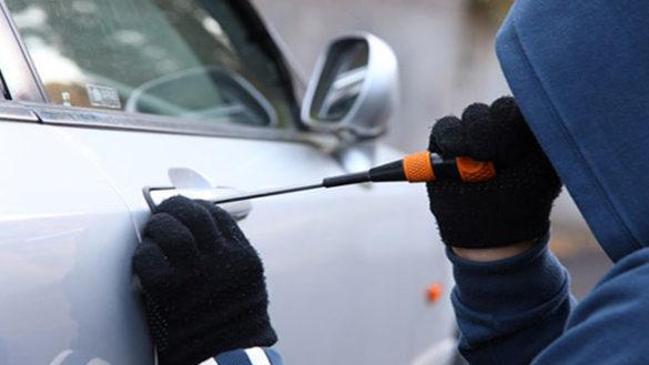 Simula il furto dell'auto e viene incastrata dai Carabinieri