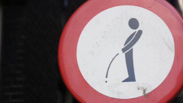 Pipì in strada: multato. Sanzione di 5mila euro a venditore abusivo