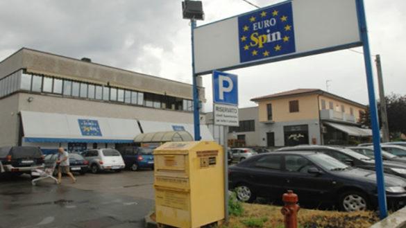 Eurospin: 65enne tenta di uscire senza pagare, la cassiera è la figlia