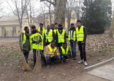 """Parco Ducale: in azione la squadra di migranti """"Volontari a Parma"""""""