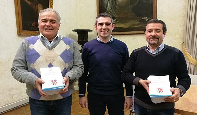 Una copia della Costituzione Italiana per i giovani del quartiere Montanara