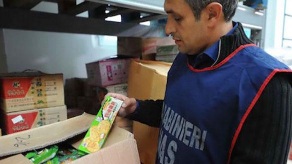 Cibo scaduto da 5 anni: maxisequestro di 300 kg di alimenti