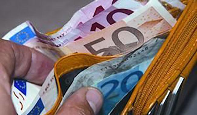 Fermato, cerca di corrompere polizia con 600 euro: denunciato