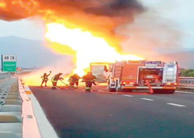 Camion in fiamme sull'A15 nei pressi di Fontevivo