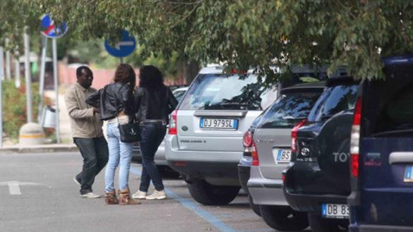 Via Volturno, riecco un parcheggiatore abusivo all'Ospedale