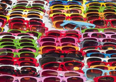 Fermato un senegalese: vendeva occhiali contraffatti