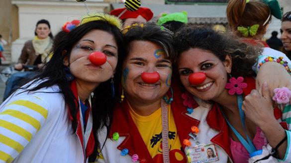 """I """"nasi rossi"""" in piazza Garibaldi: sorrisi e giochi per i più piccoli"""