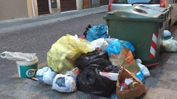 Rifiuti in centro: sacchi in strada in piazza Duomo e borgo Cocconi