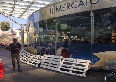 Piazza Ghiaia, panchine proibite. Il bivacco si sposta sugli scalini