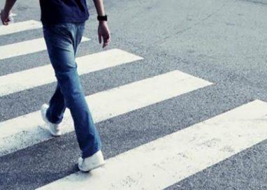 Viale Piacenza, due motociclisti investono un pedone
