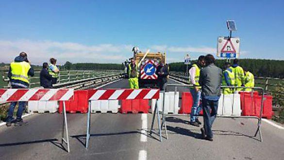 Ponte Verdi, non rispetta il senso unico e causa un incidente