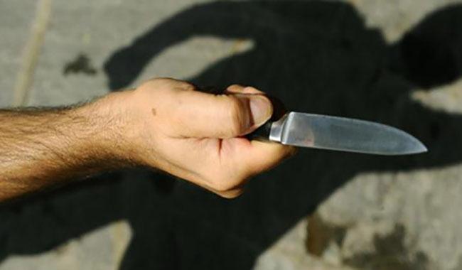 Via Emilia Est, ladro armato di coltello ruba 500 euro in un bar