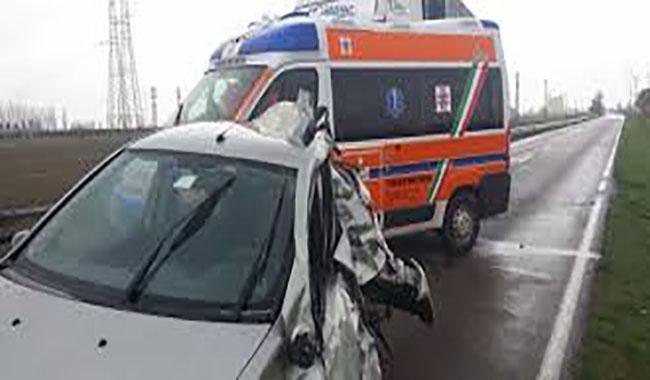 Schianto tra un'auto e un camion sull'Asolana