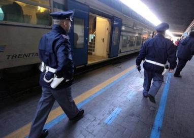 Caos sul treno: ubriachi, tentano di scendere dal convoglio in corsa