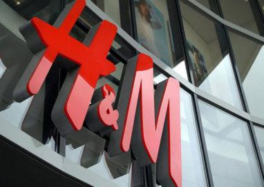 Tenta di rubare vestiti da H&M. 20enne denunciato