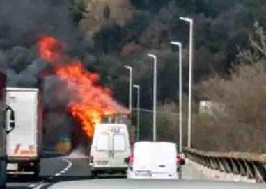 Camion carico tacchini in fiamme sull'A1