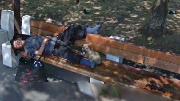 Appoggia i piedi sullo schienale della panchina: multato