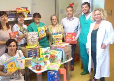 Un carico di libri per i pazienti di Pediatria dell'Ospedale di Vaio