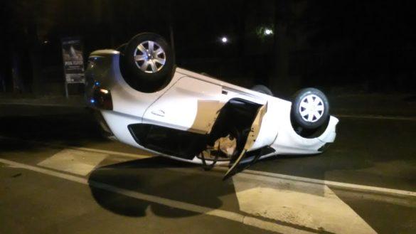 Auto si ribalta al centro di via Fleming. Foto
