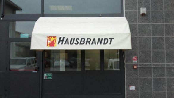 Usano un camion rubato per sfondare i cancelli della Housbrandt