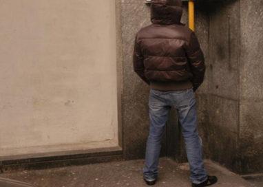 Fa pipì contro un muro in via Trento: denunciato 27enne