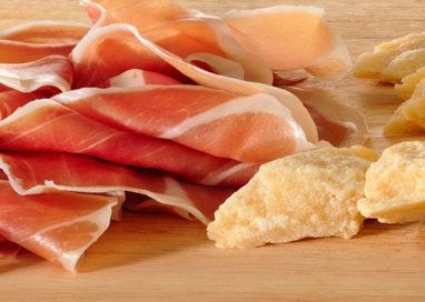 """Prosciutto e Parmigiano """"falsi"""" Made in Italy, il via libera UE"""