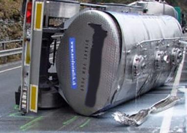 Camion di latte si rovescia in tangenziale: ferito conducente