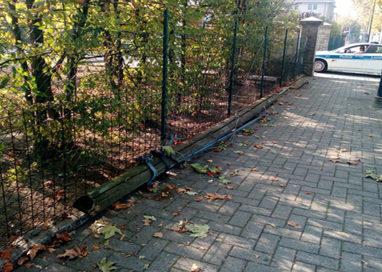Monticelli, camion gru abbatte un palo del telefono e fugge