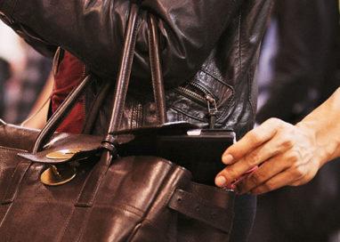 Cerca di rubare sul bus: sorpresa con mani nella borsetta
